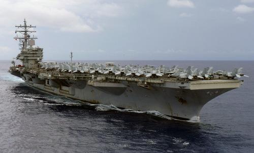 Tàu sân bay USS Ronald Reagan với dàn tiêm kích trên mặt boong. Ảnh: US Navy.