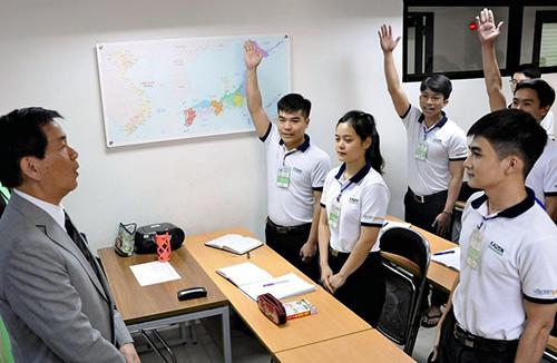 Thống đốc tỉnh Chiba Kensaku Morita thăm một trung tâm phát triển nhân lực thành phố Hồ Chí Minh hồi tháng 11. Ảnh:Yomiuri Shimbun