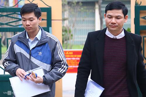Bác sĩ Hoàng Công Tình (phải) tại toà. Ảnh: Phạm Dự.