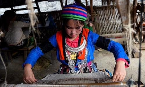 Một cô gái đang làm việc trong hợp tác xã Lùng Tám hôm 28/10/2018. Ảnh: AFP.
