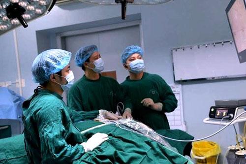 Bác sĩ Bệnh viện Nội tiết Trung ương thực hiện kỹ thuật nội soi tuyến giáp một lỗ. Ảnh: SGGP.