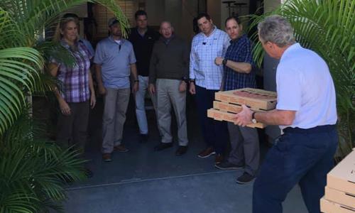 Cựu tổng thốngGeorge W. Bush mang pizza tới cho lực lượng mật vụ Mỹ. Ảnh: Instagram.