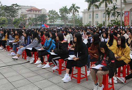 Hàng nghìn học sinh lớp 12 ở TP Vinh và phụ cận tới dự buổi tư vấn. Ảnh: Nguyễn Hải.
