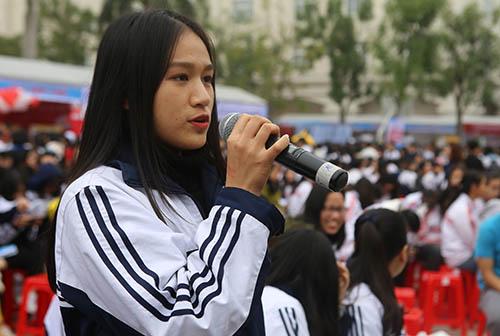 Một nữ sinh đặt câu hỏi với tổ tư vấn. Ảnh: Nguyễn Hải.
