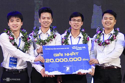 4/5 thành viên của KSV Team nhận giải thưởng 20 triệu đồng. Ảnh: Dương Tâm