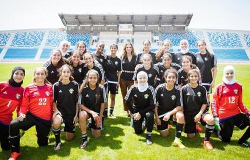 Hoàng hậu Rania (tóc xõa, đứng ở vị trí trung tâm) thăm đội bóng đã nữ U-17 của Jordan năm 2016. Ảnh: alarabiya.