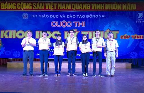 Ban tổ chức trao giải nhất cho các nhóm tác giả. Ảnh: Thái Hà