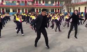 Hiệu trưởng Trung Quốc dạy nhảy cho học sinh trong giờ giải lao