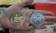 Tiền, đồng xu in hình linh vật Kỷ Hợi hút khách ở Sài Gòn