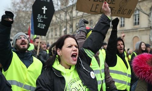 Người biểu tình hô khẩu hiệu trên đường phố Paris ngày 19/1. Ảnh: AFP.