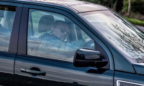 Hoàng thân Anh lái xe gần dinh thự hoàng gia ở Norfolk hôm 19/1. Ảnh: CNN.