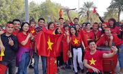 Người Việt tổ chức 'bão' ngay sân Dubai mừng đội tuyển lọt vào tứ kết