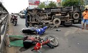 Xe tải lật trên cầu vượt ở Sài Gòn, hai người bị thương