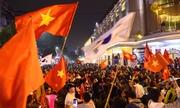 Hà Nội, Sài Gòn rợp cờ đỏ mừng chiến thắng của đội tuyển Việt Nam
