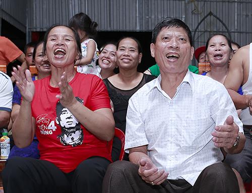 Bố mẹ trung vệ Bùi Tiến Dũng cổ vũ con trai trong một trận đấu của đội tuyển Việt Nam. Ảnh: Đức Hùng