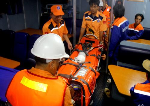 Một trong hai nạn nhân được tàu cứu nạn chuyển vào bờ trong tình trạng đã tử vong. Ảnh: Nguyễn Khoa.