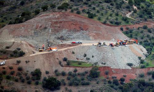 Đội cứu hộ làm việc tại thị trấn Totalan, Tây Ban Nha, nơi Julen Rosello rơi xuống hố sâu hơn 100 m, rộng 25 cm. Ảnh: Reuters.