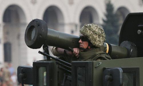 Lính Ukraine mang tên lửa Javelin trong một cuộc diễu binh. Ảnh: UNIAN.