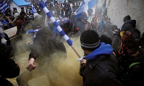 Người biểu tình đụng độ với cảnh sát tại thủ đô Athens, Hy Lạp, ngày 20/1. Ảnh: Reuters.