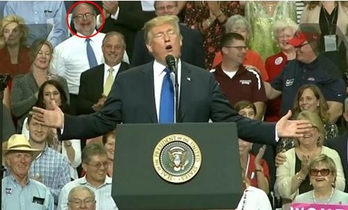 Joe Davidson tại một buổi vận động của Tổng thống Trump. Ảnh cắt từ video.