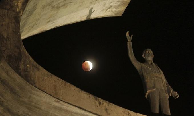 Siêu trăng máu hiếm gặp sáng rực trên bầu trời thế giới