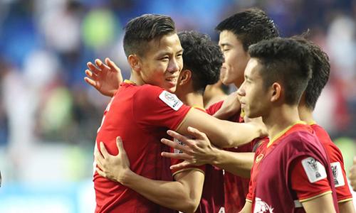 Cầu thủ Việt Nam ôm nhau mừng, sau khi đoạt vé vào tứ kết. Ảnh: Anh Khoa.