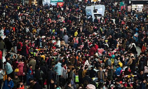 Người dân Trung Quốc tại một ga tàu trong đợt xuân vận. Ảnh: AFP.