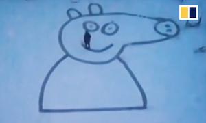 Ông bố Trung Quốc vẽ con lợn khổng lồ trên tuyết tặng con gái