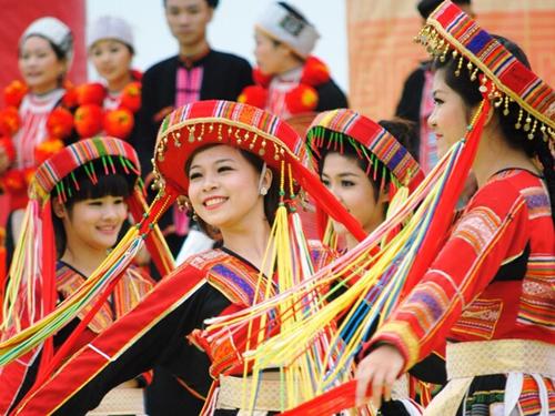 Thiếu nữ biểu diễn trong ngày hội các dân tộc ở Làng Văn hóa du lịch các dân tộc Việt Nam.