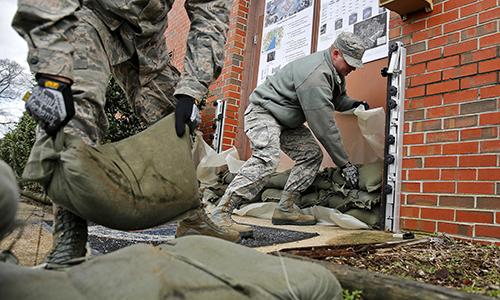 Binh sĩ Mỹ thử giải pháp chống ngập tại căn cứ hỗ hợp Langley-Eutis, bang Virginia. Ảnh: US Air Force.