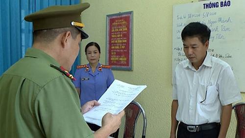Cơ quan ANĐT đọc lệnh khởi tố bị can đối tượng gian lận điểm thi THPT quốc gia ở Sơn La.