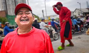 Người cha nhảy múa ngoài đường kiếm tiền nuôi ba con ăn học