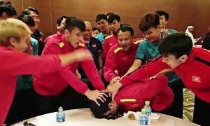 Đồng đội bắt Đức Huy áp mặt vào bánh kem trong đêm sinh nhật