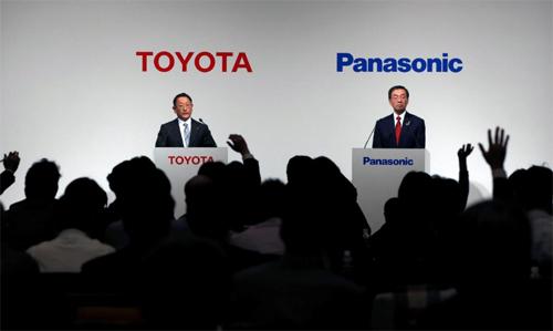 Chủ tịch Toyota, Akio Toyoda (trái) và Chủ tịch Panasonic, Kazuhiro Tsuga, tại họp báo công bố liên doanh mới được tổ chức tại Tokyo, Nhật Bản, hôm 13/12/2017. Ảnh: Reuters.