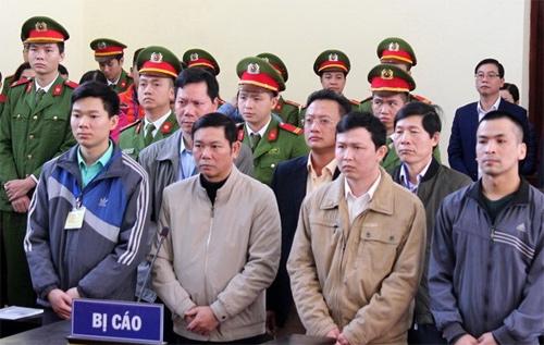 Hoàng Công Lương (hàng đầu, bên trái) và 4 bị cáo tại phiên tòa. Ảnh: TTXVN