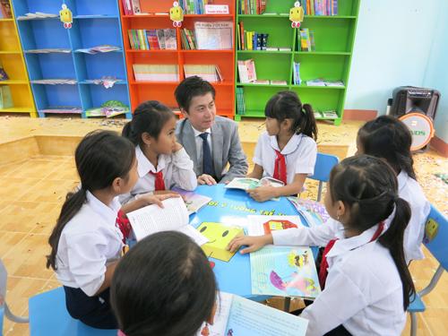 Học sinh cùng đọc sách trong thư viện mới tại Ninh Bình.
