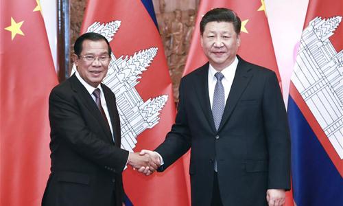 Chủ tịch Trung Quốc Tập Cận Bình (phải) bắt tay Thủ tướng Campuchia Hun Sen tại Bắc Kinh hôm 21/1. Ảnh: Xinhua.