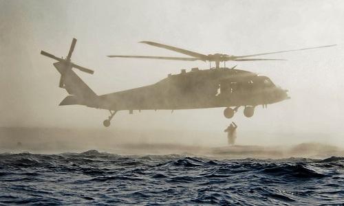Một đặc nhiệm SEAL Mỹ huấn luyện đổ bộ từ trực thăng SH-60 ở ngoài khơi bờ biển San Diego. Ảnh: US Navy.