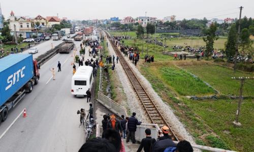 Một đườngxuống cầu vượt Lương Xá dẫn thẳng ra quốc lộ 5. Trên quốc lộnày không có làn đườngdành cho người đi bộ. Ảnh: Giang Chinh.