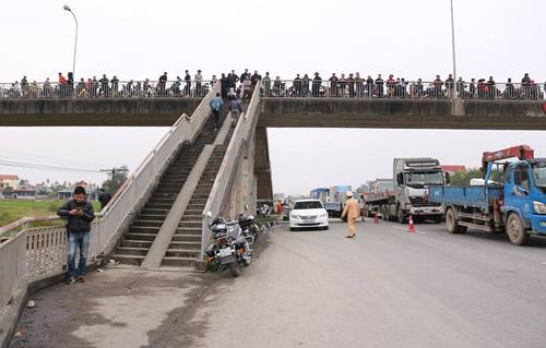 Xã Kim Lương nằm hai bên quốc lộ 5, để kết nối các thôn trong xã có một cây cầu bắc qua. Lối lên xuống cầu vượt dẫn thẳng xuống quốc lộ 5. Ảnh: Giang Chinh
