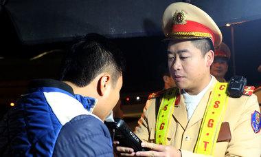 Cảnh sát kiểm tra ma tuý các tài xế ở trạm thu phí cao tốc