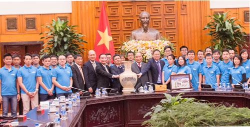 Thủ tướng và đại diện các bộ ngành, các kỹ sư trẻ tại buổi gặp mặt. Ảnh: M. Loan.