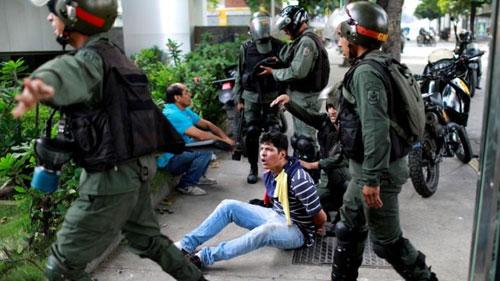 Lực lượng an ninh Venezuela bắt người biểu tình sau vụ binh biến hụt hôm 21/1. Ảnh: Reuters.