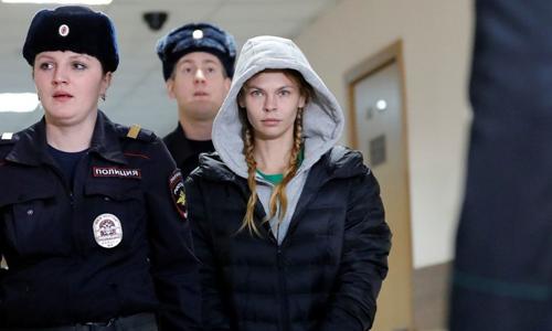 Cảnh sát Nga áp giải người mẫu Nastya Rybka tới phiên tòa tại Moskva hôm 22/1. Ảnh: Reuters.