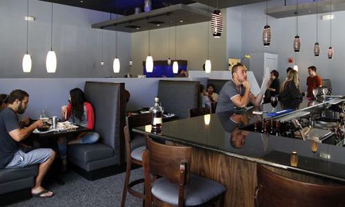 Bên trong nhà hàng sushi của chủ gốc Việt ở thành phố Des Moines, bang Iowa, Mỹ. Ảnh: Register.