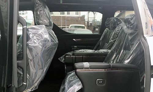 Hàng ghế thứ 2 gồm 2 ghế đơn, chỉnh điện, có chức năng massage.