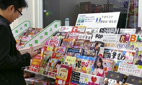 Tạp chí người lớn bày bán trong một cửa hàng tiện lợi ở Nhật. Ảnh: Venus.