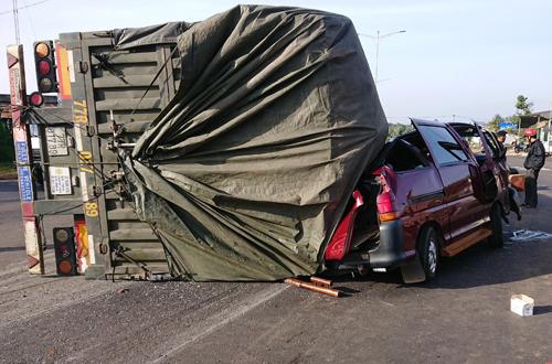 Ô tô bị thùng container đè bẹp. Ảnh: Nguyễn Hằng.