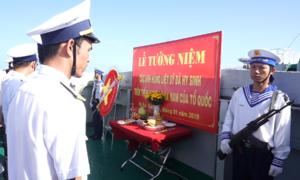 Bộ đội Hải quân tưởng niệm các liệt sĩ hy sinh ở nhà giàn DK1