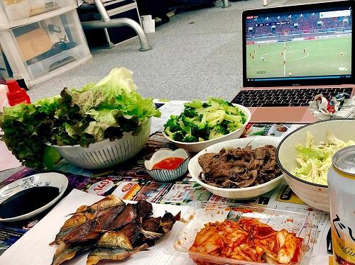 Bữa ăn nhóm sinh viên ở Tokyo chuẩn bị trong một lần cổ vũ đội tuyển Việt Nam. Ảnh: NVCC